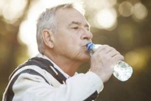 别大口急喝水!当心心脏出问题
